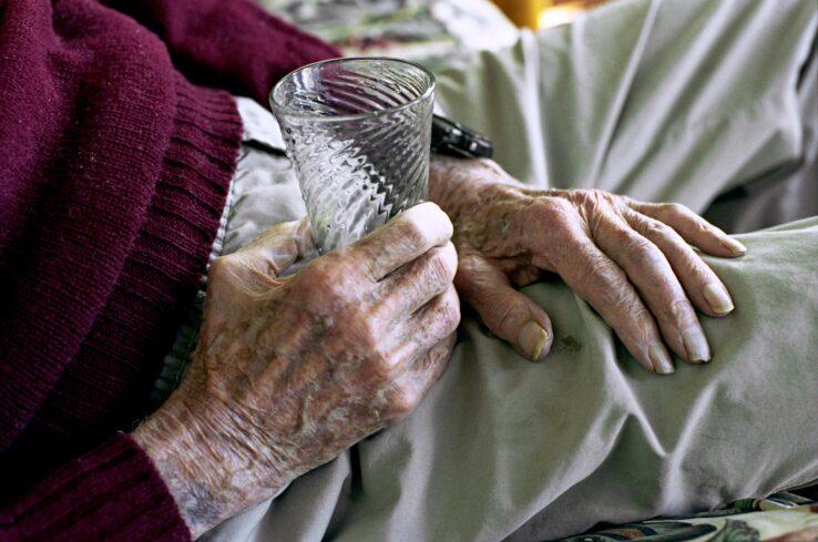 hand holding glass-min